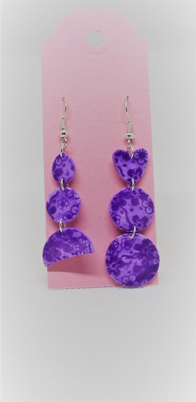 Orecchini asimmetrici lilla con fiorellini viola