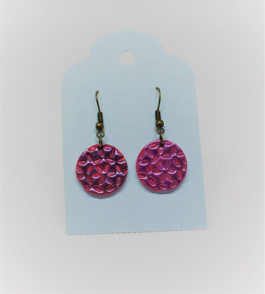 Orecchini rosa dai riflessi viola con motivi floreali