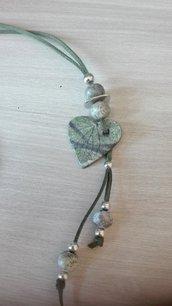 collana con cuore e sfere in cearmica raku verdi con elementi metallici e cordoncino in alcantara