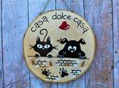 Appendichiavi in legno con cane e gatto sul muretto