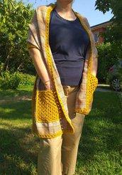 Sciarpa stola con inserti e tasche all'uncinetto lana merino giallo senape
