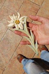 Stella alpina in legno di cirmolo, scolpita interamente a mano - dipinta a mano