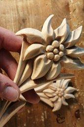 Stella alpina in legno di cirmolo scolpita a mano - naturale