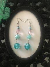 Orecchini pendenti con perle rosa e celesti