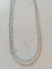 Due collane realizzate con perline color argento e color celeste