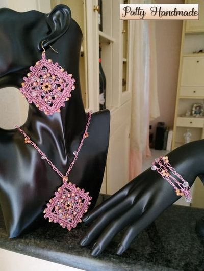 Set collana, bracciale e orecchini ad uncinetto con ciondolo e perline