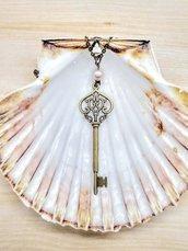 Collana con grande chiave vintage in bronzo e perla di fiume rosa