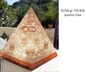 piramide orgonite con quarzo rosa