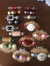 Spilloni con perle,  feltro, bottoni