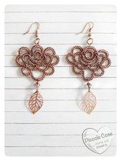 """Orecchini """"rosa di bronzo"""", con pendente a foglia realizzati al chiacchierino con filato metallizzato e inserti color oro rosa"""