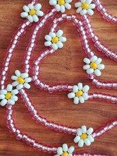 Collana lunga sottile con perline rosa e bianche con margherite fatta a mano