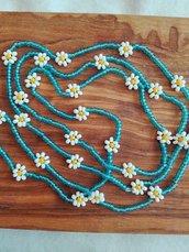 Collana lunga sottile con perline azzurre e bianche con margherite fatta a mano