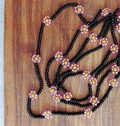 Collana lunga sottile con perline nere e rosa con margherite fatta a mano