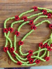 Collana lunga sottile con perline verdi e rosse con fiorellini fatta a mano