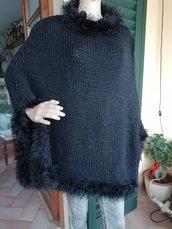 Mantella in lana nera con bordo tipo pelliccia