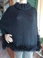 Mantella in lana nera con bordo effetto pelliccia