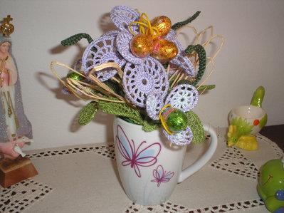 Vaso mug con fiori  ad uncinetto e ovetti