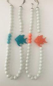 Collane con perle bianche e pesciolino azzurro o arancione