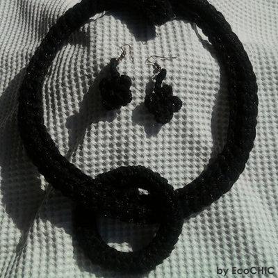 Collana e orecchini neri