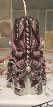candela intagliata fatta a mano con fiocchi e filamenti su base nera e bianca