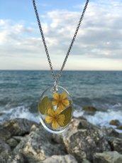 Collana con fiori gialli inglobati in resina epossidica, acciaio