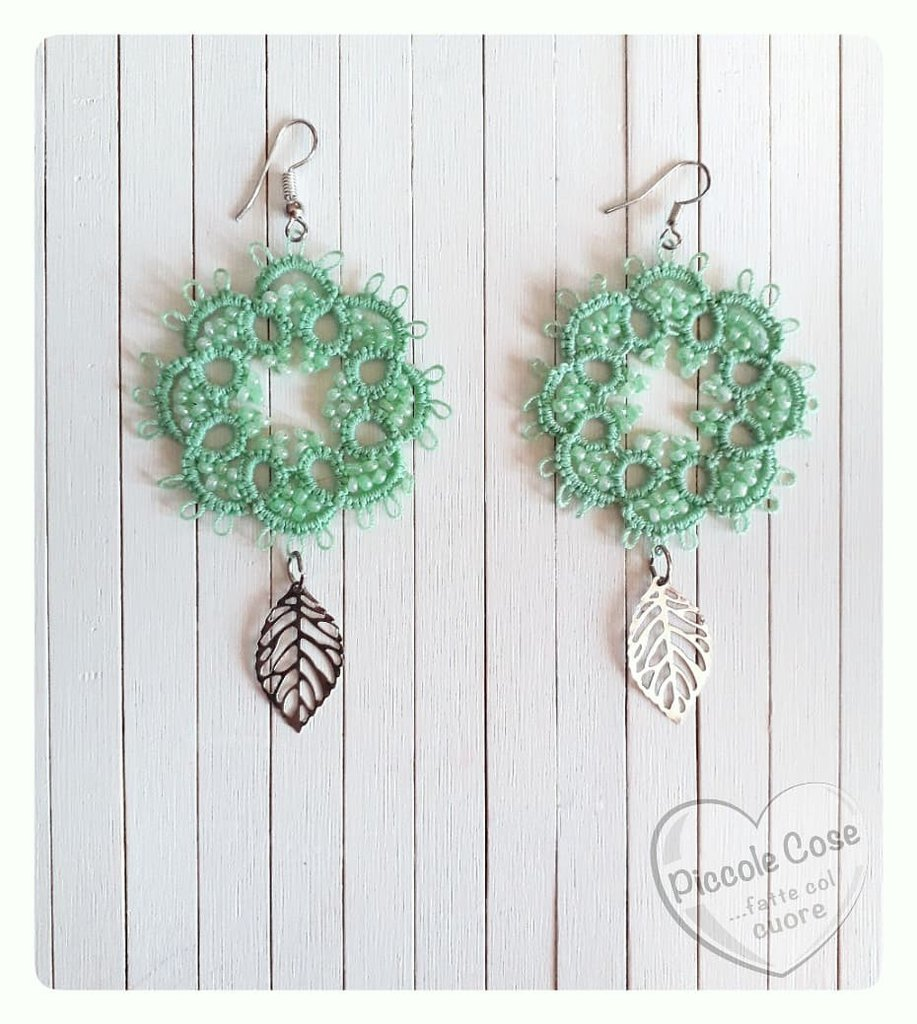 Orecchini al chiacchierino tondi verde chiaro, inserti perline e pendente foglia argento
