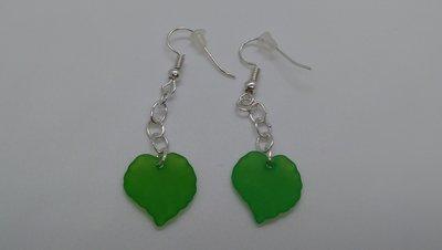 Orecchini handmade in acciaio con foglioline verdi in resina