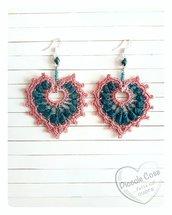 Orecchini a cuore verde petrolio e rosa, realizzati a crochet, handmade