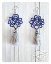 Orecchini a rosa blu con nappina, realizzati al chiacchierino, nappina pendente in lurex bianco iridescente, handmade