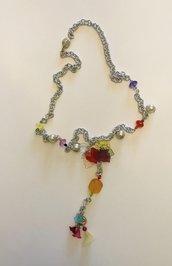 Collana lunga a catena con fiori, foglie e cristallini colorati.