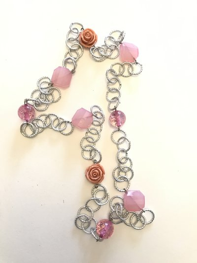 Collana lunga a catena con perle in resina e rose rosa.