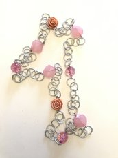 Collana lunga a catena con perle in resina e rose rosa.