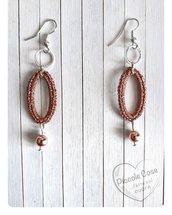 Orecchini ovali con perla pendente in oro rosa di ematite. Filato Lurex pregiato color rame lavorato a uncinetto