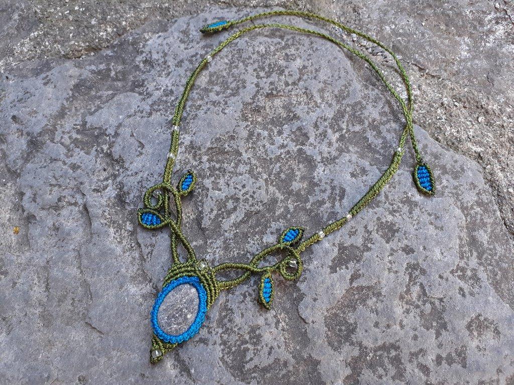 Collana macramè con pietra di fiume e perline di vetro
