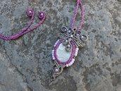 Collana macramè con pietra di fiume e perline di vetro lilla
