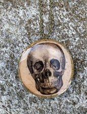 Pendente in legno con resina colata a mano, teschio