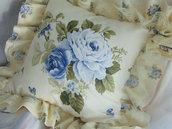 Cuscino  in tessuto stile romantic chic con rose azzurre  con balza e pizzo
