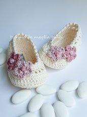 Scarpine neonata/bambina in cotone e lino panna con fiori rosa antico - Battesimo