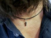 Collana girocollo uomo di cuoio con piccolo pendente di diamanti neri grezzi. Artigianale, fatto a mano.