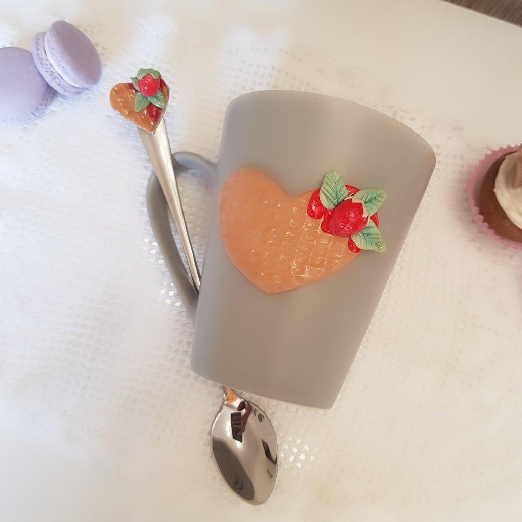 Tazza MUG  e cucchiaino decorati in fimo tema wafer e fragoline