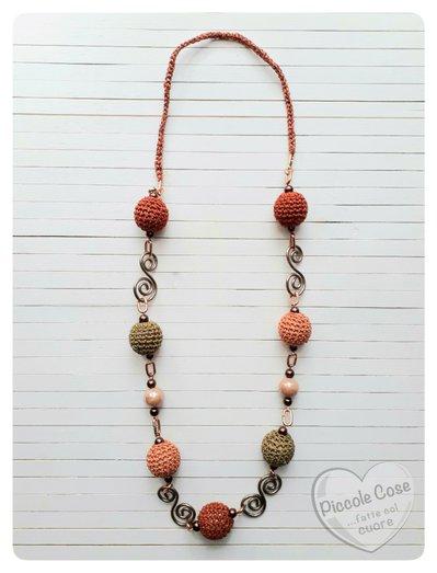Collana perle crochet arancio, verde militare, mattone. Colori autunnali, da importanza ed eleganza ma al contempo è sbarazzina, con perle in ceramica rosa cipria e inserti rame a forma di S