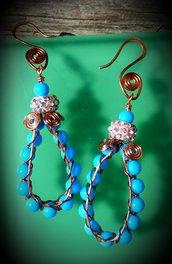 Orecchini pendenti in filo di rame e perline turchese, fatti a mano