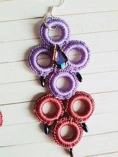 Orecchini nido d'ape lilla e rosso, crochet effetto seta, cristallo a goccia centrale blu violaceo