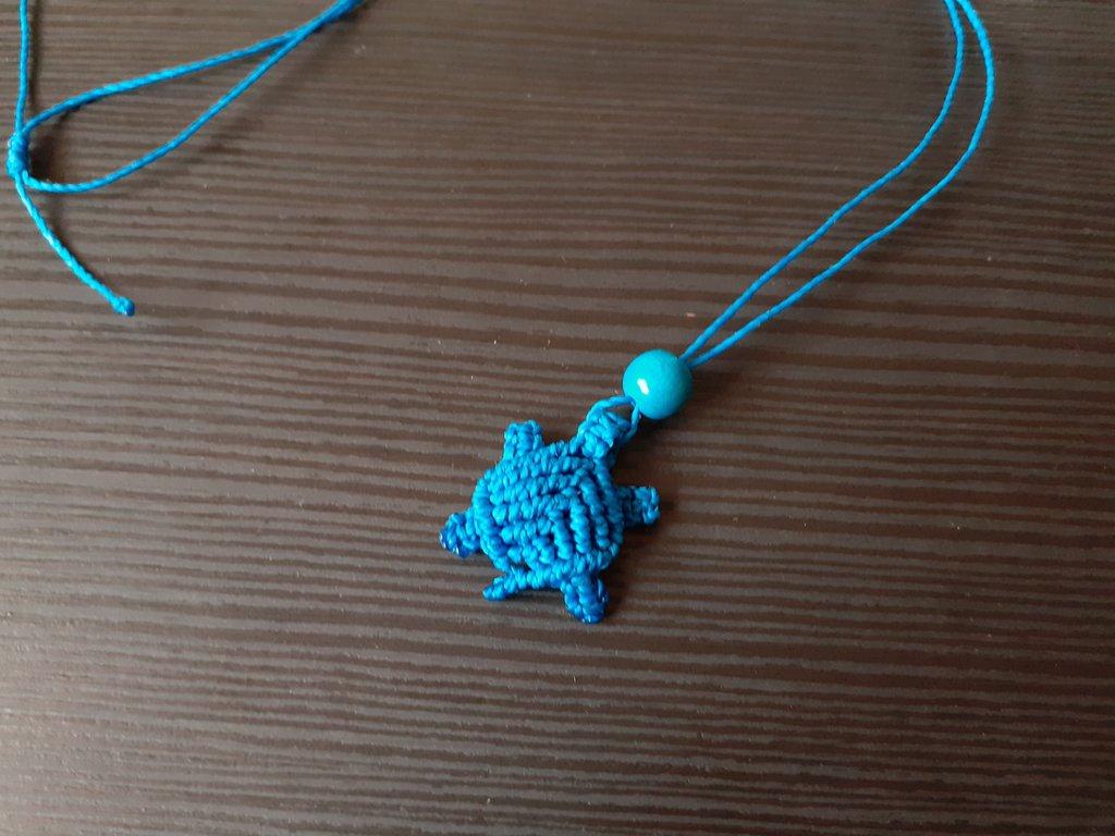 Collanina macramè con tartarughina azzurra