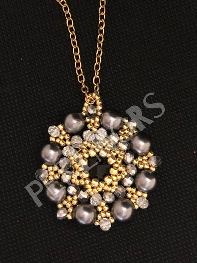 Ciondolo di perle cerate con cristalli e perline