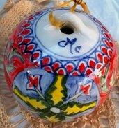 Sfera di ceramica dipinta a mano per addobbare l'albero di Natale