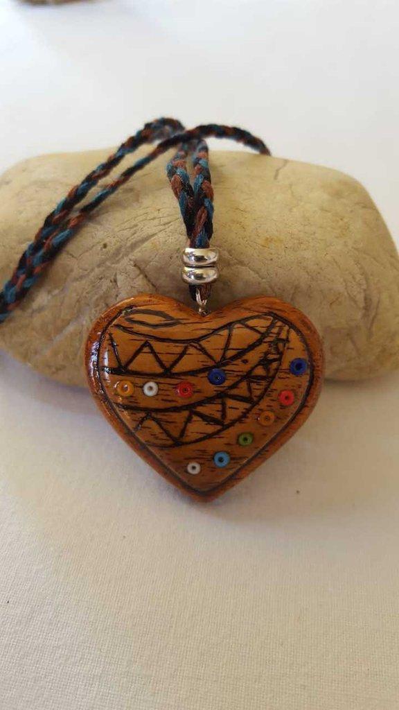 ciondolo cuore in legno intarsiato