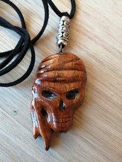 Ciondolo teschio in legno lavorato a mano artigianalmente