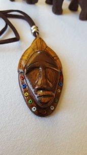 ciondolo maschera africana in legno lavorata a mano