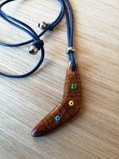 ciondolo boomerang in legno realizzato a mano